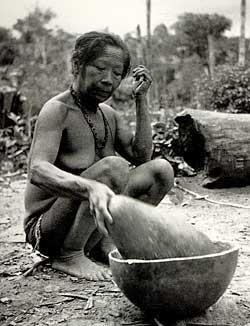 Женщина из племени Тупинамба переливает кауим